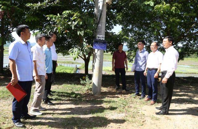 Lãnh đạo Sở Công Thương Hòa Bình bàn giao mô hình chiếu sáng công cộng sử dụng đèn Led Dimming 5 cấp công suất tại xã Tân Lập