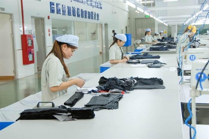 Công nhân làm việc tại Công ty TNHH May mặc Hoa Lợi Đạt (KCN Cảng biển Hải Hà).