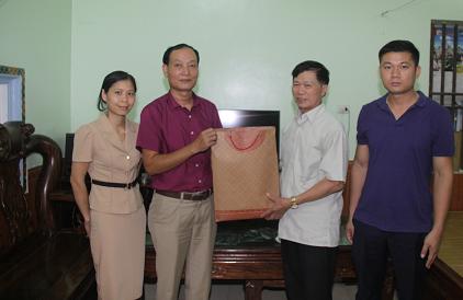 (Đ/c Nguyễn Thế Lanh thăm, tặng quà đồng chí Nguyễn Văn Dần là Bệnh binh đang công tác tại Trung tâm)